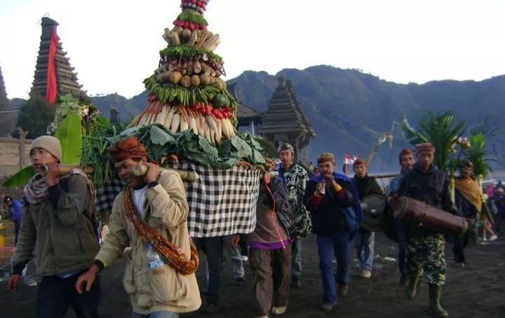 Suku Tengger yang sedang melakukan upacara kasada