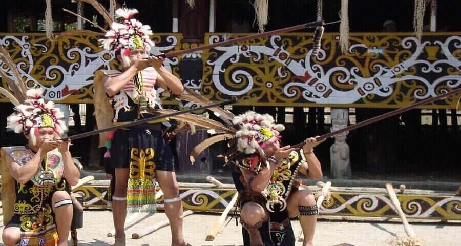 suku dayak, rumah adat suku dayak, pakaian adat suku dayak