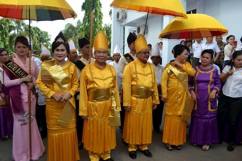 Nama baju adat Sulawesi ini adalah tepu yang terbuat dari serat pohon pisang yang disebut kofo