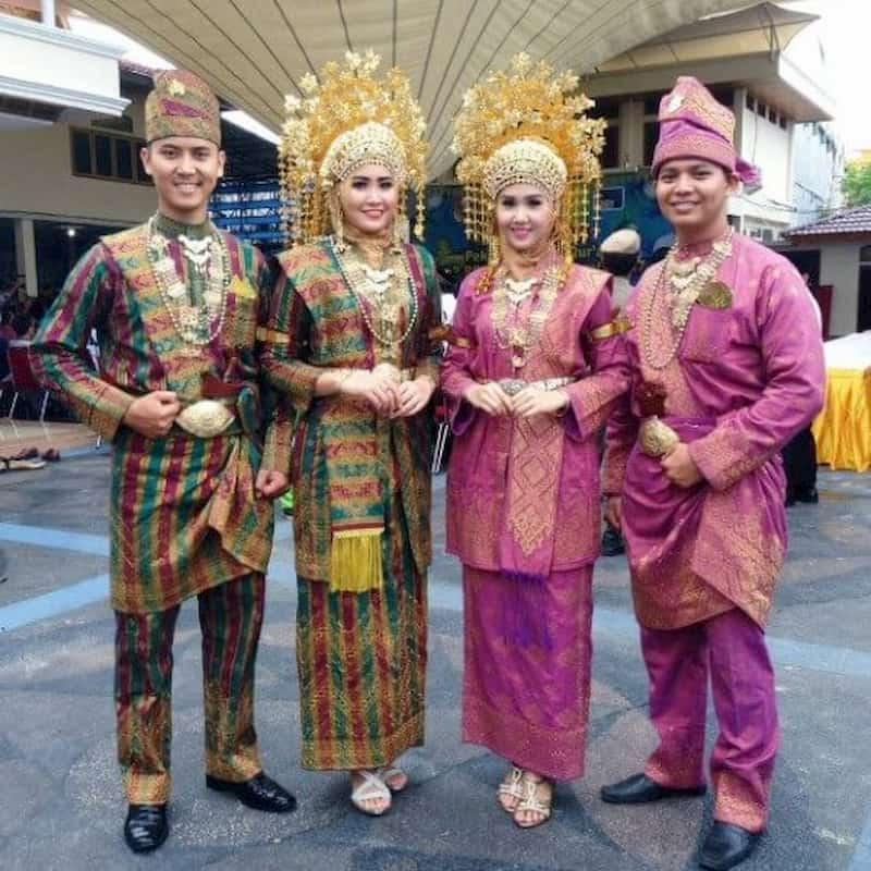 Pakaian adat di Provinsi Kepulauan Riau memiliki nama yang berbeda untuk pria dan wanita. Teluk belanga adalah nama pakaian yang dikenankan pria dan kebaya laboh yang dikenakan wanita.