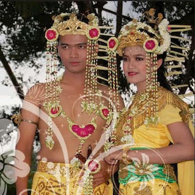 Pakaian ini berbeda dengan provinsi sekitarnya yang kebanyakan didominasi oleh suku Dayak. Pakaian tradisional ini sebenarnya dipengaruhi oleh kerajaan Banjar yang bergaya Islami.