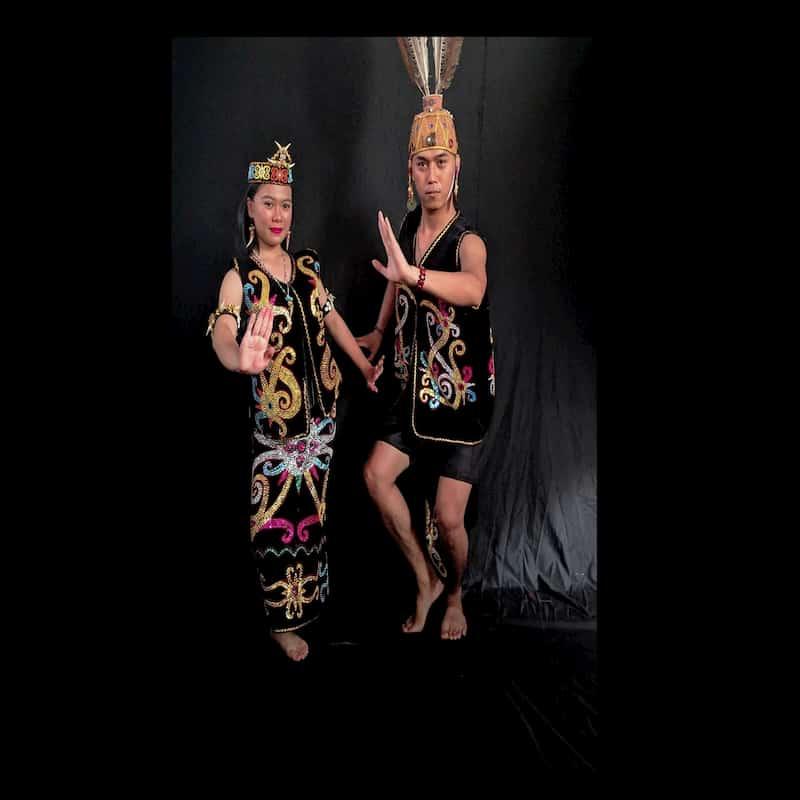 Corak yang dikenakan oleh pakaian adat asal Kalimantan Timur ini sangat kental dengan corak khas suku Dayak