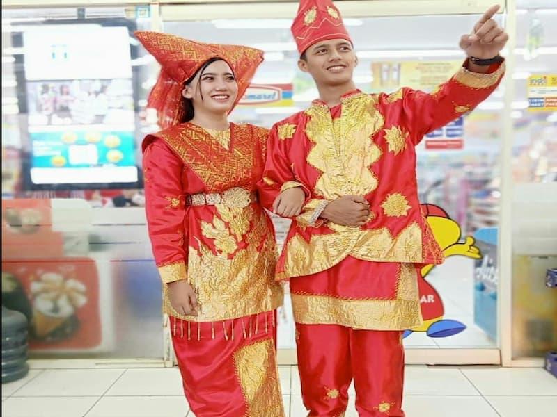 Pakaian adat Sumatera Barat yang bernama Bundo Kanduang ini berasal dari Minangkabau