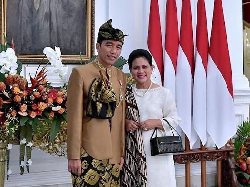 Pakaian adat yang dimiliki oleh provinsi NTB adalah pakaian adat Lombok Mataram.
