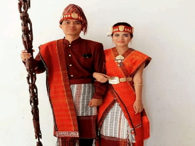 Pakaian yang disebut ulos ini merupakan ciri khas atau simbol dari Sumatera Utara
