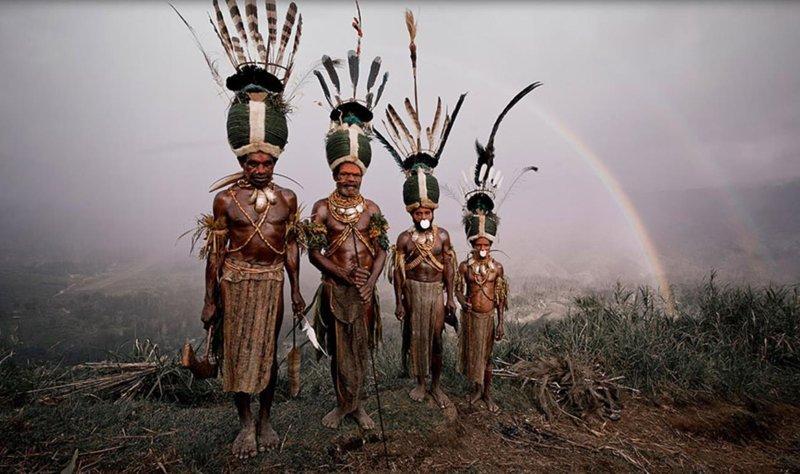 pakaian adat yang berasal dari tanah Papua ini mengenakan penutup bawah yang mirip dengan yang dikenakan oleh pria maupun wanita.