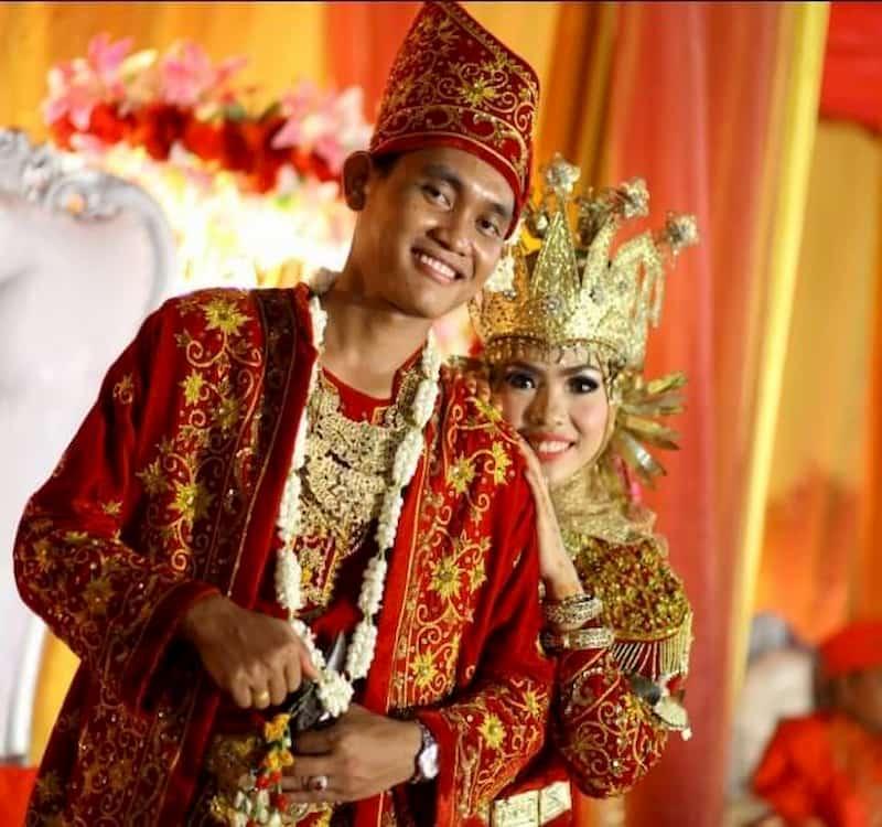 Nama pakaian adat Jambi, Melayu Jambi, terlihat mewah. Biasanya digunakan pada acara-acara penting seperti pernikahan.