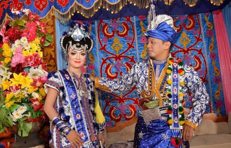Baju adat tradisional dengan nama suku Tolaki merupakan pakaian yang berasal dari Sulawesi Tenggara.