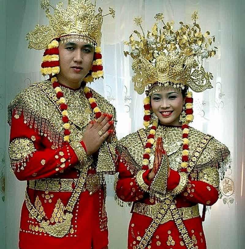 Meski sama-sama berasal dari daerah Sumatera, namun baju adat mereka berbeda. Nah, provinsi Sumatera Selatan juga punya baju adat yang bernama Aesan Gede, dengan bentuknya yang mewah membuat baju ini terlihat seperti baju bangsawan, lengkap dengan mahkota yang menghiasi kepalanya.