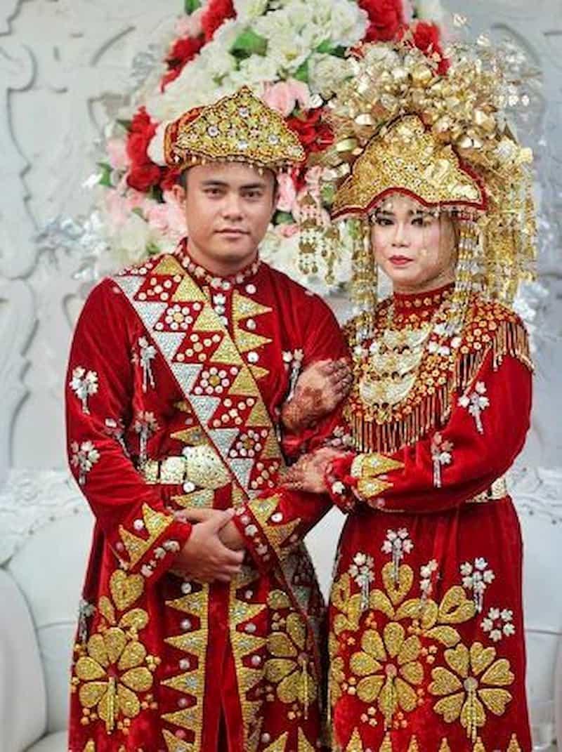 Pakaian tradisional dari Kepulauan Bangka Belitung ini dipengaruhi oleh budaya Melayu. Untuk busana wanita, biasanya memakai braket dan pilihan warna seperti merah dan sutra.