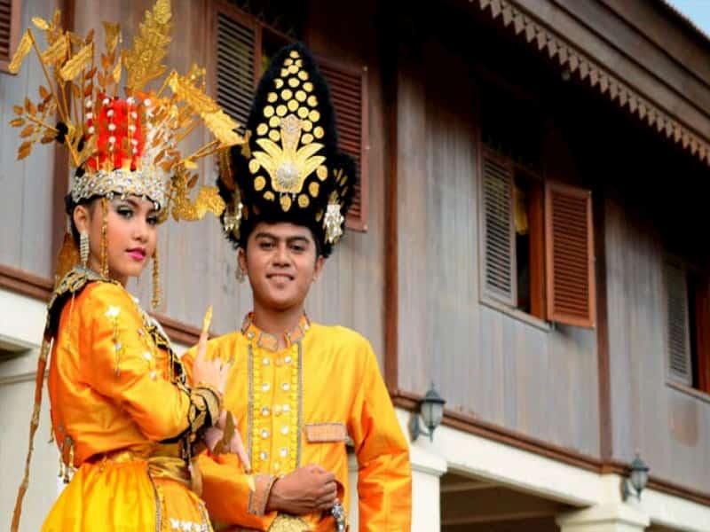 Di provinsi Gorontalo, pakaian khas yang dipakai pria dan wanita memiliki nama dan warna lain.