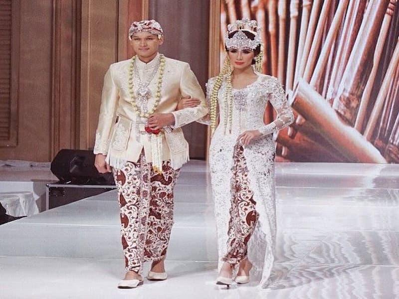 Di provinsi Jawa Barat, nama pakaian adat juga disebut sebagai kebaya.